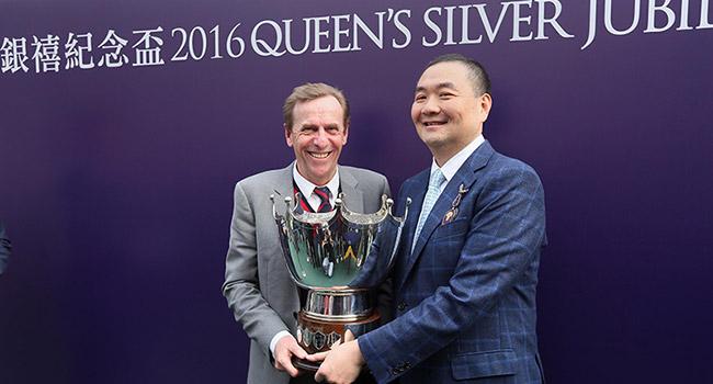 「詠彩繽紛」的馬主羅德榮及練馬師蔡約翰於賽後接受訪問,並分享勝利喜悅。