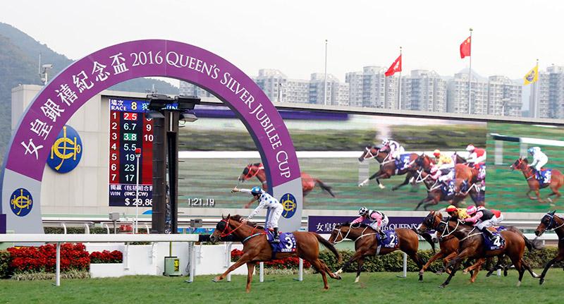 香港速度系列次關賽事女皇銀禧紀念盃今日於沙田馬場舉行。由蔡約翰訓練的「詠彩繽紛」(3號馬),於柏寶胯下於直路上展開強烈衝刺,取得領先位置並率先衝過終點,勝出此項途程1400米的國際一級賽。