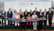 馬會眾董事、行政總裁應家柏,與香港經典盃冠軍「首飾太陽」的馬主及騎練於頒獎禮上合照。