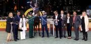 「控制者」馬主時尚團體的成員與親友拉頭馬拍照祝捷。