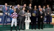 馬會董事們及行政總裁與「控制者」馬主時尚團體的代表,練馬師方嘉柏及騎師潘頓在跑馬地錦標頒獎儀式上合照。