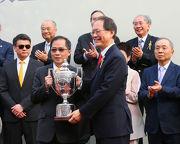 圖5, 6, 7, 8: 香港賽馬會董事陳南祿先生於頒獎禮上頒發港澳盃及冠軍銀碟予頭馬「飛來猛」的馬主何建開醫生、邱學誠醫生與彭若書醫生、練馬師約翰摩亞及騎師潘頓。