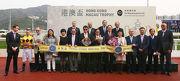 一眾香港賽馬會董事及高層、澳門賽馬會副主席兼執行董事梁安琪(前排右五)、 一眾澳門賽馬會董事及高層、與「飛來猛」的馬主及騎練,於港澳盃頒獎禮上合照。