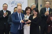 寶馬集團香港、澳門及台灣進口業務副總裁孔楷文頒發紀念品予「明月千里」的馬主代表。