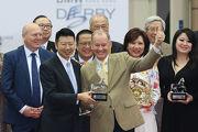 寶馬汽車(香港)有限公司香港區董事總經理劉家輝頒發紀念品予「明月千里」的練馬師約翰摩亞。