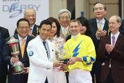 寶馬香港打吡大使甄子丹頒發紀念品予「明月千里」的騎師布文。