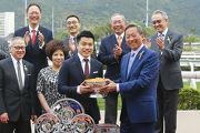 圖 4, 5, 6, 7: 香港賽馬會主席葉錫安博士於賽後舉行的頒獎禮上,將主席錦標的冠軍獎盃及銀碟頒予「美麗大師」的馬主郭羅桂珍與郭浩泉 、練馬師告東尼及騎師郭能。