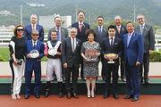 馬會主席葉錫安博士、眾馬會董事、行政總裁應家柏及「美麗大師」的馬主、騎師及練馬師,於頒獎禮上合照。