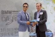 「首飾太陽」及「東方快車」的練馬師蔡約翰出席記者會,分享馬匹備戰打吡及感受,並接受「打吡大使」甄子丹致送紀念品。