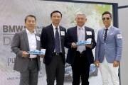 「有得威」馬主傲風團體成員黃華東先生及劉慶輝先生,與練馬師姚本輝一同出席記者會,分享馬匹備戰打吡及感受,並接受「打吡大使」甄子丹致送紀念品。