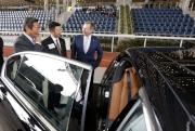 出席今日抽籤儀式的馬會及寶馬高層,觀賞在場展示的數輛寶馬房車及轎跑車。