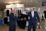 馬會行政總裁應家柏(右)及練馬師告東尼(左)一同展示今屆打吡參賽馬「威利加道」的主題T恤。