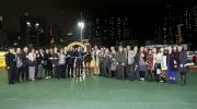 「馬上發財」馬主志進賽馬團體的成員與親友拉頭馬拍照祝捷。