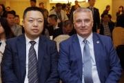 香港賽馬會賽馬業務及營運執行總監祁立賢(右)及澳門賽馬會執行董事兼行政總裁李柱坤(左),今日出席2016澳港盃排位抽籤儀式。