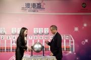香港代表「好精神」的馬主駱月群為其愛駒抽得第9檔。