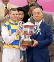 澳門賽馬會董事總經理李志強先生(右)頒發澳港盃獎盃予頭馬「好有運」的騎師卡爾德。