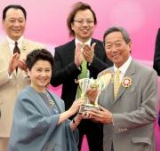 澳門賽馬會副主席兼執行董事梁安琪女士(左)在澳港盃頒獎禮上,致送紀念品予香港賽馬會主席葉錫安博士。