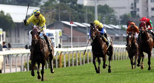 一眾國際頂級佳駟今日在沙田馬場角逐本年度愛彼女皇盃(國際一級賽2000米)。香港代表「明月千里」(10 號馬)在騎師布文胯下,勝出此場總獎金達二千萬港元的賽事。