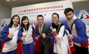 馬會慈善及社區事務執行總監張亮先生(中)與香港桌球運動員吳安儀小姐(右二)、壁球運動員何子樂小姐及雷曉琳小姐(左一及二)及武術運動員庄家泓先生(右一)合照。