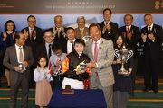 馬會主席葉錫安博士於北京會所週年盃頒獎禮上,將冠軍獎盃頒予蔣嘉琦。