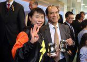 蔣嘉琦及練馬師告達理於頒獎禮後一同分享勝利喜悅。