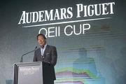 香港賽馬會主席葉錫安博士在愛彼女皇盃派對的開幕禮上致演講辭。