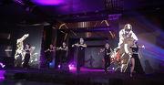 派對上演一幕精彩的舞蹈表演,強勁的節奏與音樂配合視覺效果,帶領賓客投入無限延伸的空間之中。