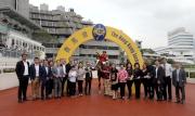 「幸運如意」的馬主團體成員及親友,與騎練賽後一同於凱旋門祝捷。