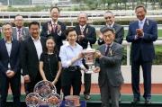 圖 四、五、六<br> 馬會董事鄭維志博士於頒獎禮上將短途錦標的冠軍獎盃及銀碟頒予「幸運如意」的馬主吉祥團體成員、練馬師呂健威及騎師柏寶。