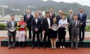 馬會主席葉錫安博士、眾馬會董事、行政總裁應家柏及「幸運如意」的馬主團體成員及騎練,於短途錦標頒獎禮上合照。