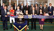 馬會主席葉錫安博士、眾馬會董事、行政總裁應家柏、及皇太后紀念盃勝出馬「雄心巨龍」的馬主及騎練,於頒獎禮上合照。