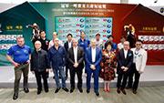 香港賽馬會行政總裁應家柏(前排右四)、賽馬業務及營運執行總監祁立賢(前排右五),與一眾參賽馬匹的馬主、騎練或代表在冠軍一哩賽排位抽籤儀式後大合照。