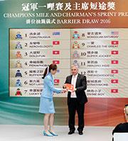 主席短途獎排位抽籤儀式今日早上於沙田馬場舉行,香港賽馬會賽馬業務及營運執行總監祁立賢於儀式上抽出首匹進行排位抽籤的參賽馬「友瑩格」。