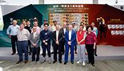 香港賽馬會行政總裁應家柏、香港賽馬會賽馬業務及營運執行總監祁立賢,與馬主、練馬師、各嘉賓及參賽馬匹代表於今日的排位抽籤儀式上合照。