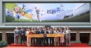 律政司司長袁國強先生於「香港賽馬會社群盃」賽事後,頒發獎盃予頭馬「無敵飛龍」的馬主洪祖杭。