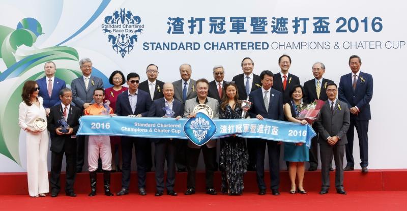 馬會主席葉錫安博士(後排右一)、眾馬會董事、行政總裁應家柏(後排左一)、一眾渣打高層、以及「將男」的馬主及騎練,在渣打冠軍暨遮打盃頒獎禮上合照。