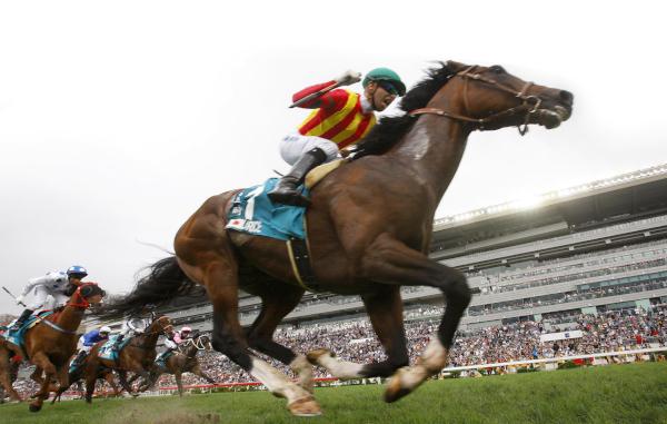 由堀宣行訓練的日本代表「滿樂時」(1號馬),在騎師莫雷拉胯下率先衝過終點,於沙田馬場勇奪冠軍一哩賽(國際一級賽1600米)。「詠彩繽紛」及「包裝奔馳」在這場總獎金達1400萬港元的賽事中分列亞軍及季軍。