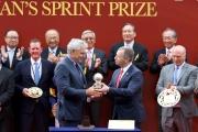 香港賽馬會行政總裁應家柏頒發2016年世界短途挑戰賽分站獎座予頭馬「尚多湖」的合夥馬主Rupert Legh。