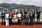 馬會主席葉錫安博士及馬會眾董事、行政總裁應家柏,與「幸福指數」的馬主、練馬師及騎師,於沙田銀瓶頒獎禮上合照。