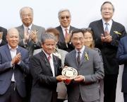 圖八, 九<br> 馬會董事利子厚(右)頒發鍍金碟予「將男」的練馬師告東尼及騎師郭能。