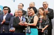 渣打銀行(香港)有限公司行政總裁陳秀梅頒發紀念品予「將男」的練馬師告東尼。