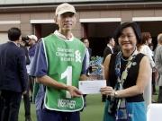 「明月千里」獲得渣打冠軍暨遮打盃最佳外觀馬匹獎。渣打銀行(香港)有限公司行政總裁陳秀梅,在賽前頒發五千元現金獎及紀念品予負責料理該駒的馬房助理。