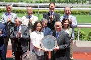 圖五、六、七<br> 馬會董事廖長江於頒獎禮上將精英碟及冠軍銀碟頒予「喜蓮獎星」的馬主代表、練馬師約翰摩亞及騎師莫雷拉。