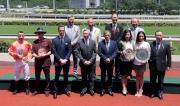 眾馬會董事及「喜蓮獎星」的馬主及騎練於精英碟頒獎禮上合照。