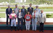 眾馬會董事、行政總裁及「首飾太陽」的馬主及騎練於精英盃頒獎禮上合照。