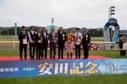得勝馬匹「標誌名駒」的馬主及騎練於田紀念賽的頒獎儀式上祝捷。