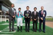 香港賽馬會主席葉錫安博士(左)於行政總裁應家柏(右)陪同下,在頒獎禮上將冠軍獎盃頒予香港賽馬會錦標頭馬Sakuntala的馬主及騎練。