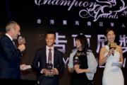 圖 六, 七<br> 首屆告東尼獎候選人梁家俊及蔣嘉琦分享角逐心聲,並與告東尼合照。