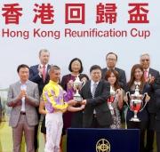 中華人民共和國外交部駐香港特別行政區特派員公署副特派員宋如安頒發紀念獎盃予香港回歸盃得勝馬匹「文藝復興」的騎師羅理雅。