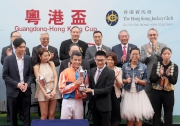 Yang Jinghui, 2004 Olympic and 2004 World Cup Gold Medallist in Synchronised-diving, from Guangdong Province, presents a commemorative trophy to the winning jockey Derek Leung.